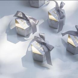 bolsas de regalo de boda para invitados Rebajas 100pcs / lot Creative White Marble Paper Candy Gift Box Bags With Ribbon Wedding Favors Regalos para invitados Decoración de la boda