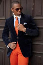 2019 ternos groomsmen azul escuro New Classic Design Noivo Smoking Dois botões Dark Blue Velvet Notch lapela Groomsmen Best Man Suit Ternos do casamento dos homens (jaqueta + calça + empate) 553 desconto ternos groomsmen azul escuro