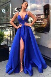 Baile elegante vestidos correias fendas on-line-Elegante V-Neck Vestido de cetim azul royal Sexy fenda alta Prom Dresses Spaghetti elegante longo celebridades Ruched Vestidos Formais