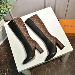 Cuoio di stampa in vacca online-Stivali di alta qualità di lusso donne lettera fibbia stampa stivali tacco alto in pelle marrone marrone stivali silhouette 1a3mow con scatola