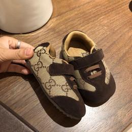 2019 bebê meninos sapatos ano 2019 Designer De Luxo Sapatos de Bebê Cheia Carta Meninos Meninas Confortáveis Marca de Bebê Crianças Sapatos para 1-3 anos com caixa bebê meninos sapatos ano barato