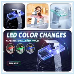 Grifo de baño cromo online-Cambios de color del LED Grifo de lavabo de cascada de vidrio Baño Bañera Bañera de una sola manija Grifo mezclador Grifo de cocina Grifo de agua Acabado cromado