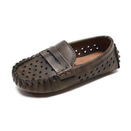 Chicos Chicas Zapatos PU Mocasines de cuero Mocasines transpirables Niños antideslizantes Mocasines huecos Negro Verde Zapatos de tacón para niños pequeños desde fabricantes