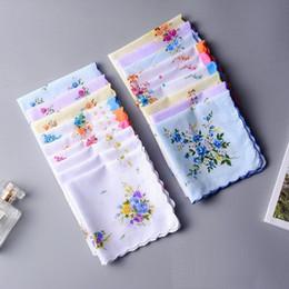 reine lila brautkleider Rabatt Baumwolle Taschentuch Cutter Damen Taschentuch Handwerk Vintage Hanky Floral Hochzeit Taschentuch Unterstützung 30 * 30 cm zufällige Farbe