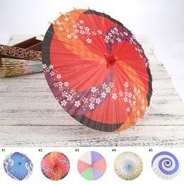 Ropa hecha a mano decoración online-Artware Oil-paper Umbrella Paraguas de boda Decoración de boda hecha a mano Ropa de madera Accesorios Paraguas de papel japonés