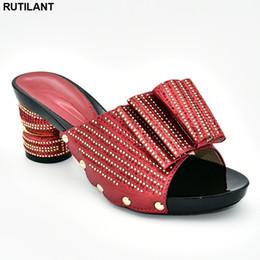 Señoras elegantes zapatos de boda online-Últimas sandalias de diseño de moda para mujer con tacones Diseñador Zapatos de lujo Mujer 2019 Zapato para mujer Moda Mujeres elegantes Bombas de boda
