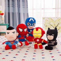 7fe996405c The Avengers Captain America Marvel giocattoli peluche 28 cm kawaii 5 stili Spiderman  Batman Ironman Soft Sutffed Dolls Giocattoli per i bambini Regali ...