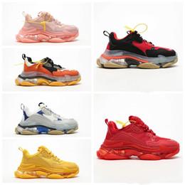2020 Moda Paris 17FW Triple-S Sneaker Triple S Shoes pai casual para homens Mulheres Bege Preto Cheap Mens Sports Tamanho Designer Shoe 36-45 de Fornecedores de meias personalizadas por atacado
