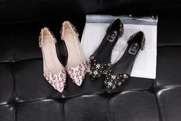 8bb0eb0d7 Moda Confortável Mulheres Sapatos de Casamento Planas Flores Rebites  Decoração Apontou Toe Rosa Preto Deslizamento Em Sandálias De Casamento  Nupcial Novo ...