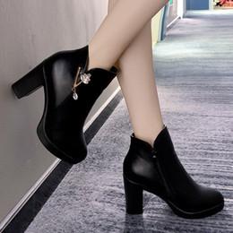 Botas de dedos cuadrados online-Elegante tobillo de las mujeres botas de cuero punta redonda impermeables Plataforma de Cabeza Redonda de los tacones altos de la cremallera botas del tobillo fino del tacón cuadrado