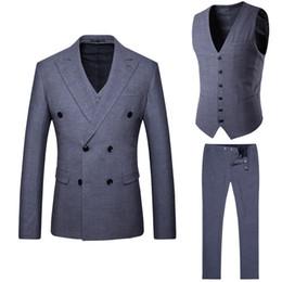 Traje de tres piezas doble color. online-Los trajes de los hombres son ahora populares nuevos hombres de color gris de doble botonadura traje informal traje de tres piezas (chaqueta + pantalones + chaleco) vestido formal del banquete