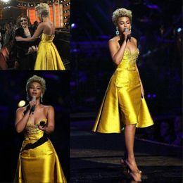 2019 train-robe jaune Robe de cocktail Bling Jaune Tenue de soirée Spaghetti Strap V Neck robes de fiesta Perlé Arc Court Party Robes De Bal Train Détachable train-robe jaune pas cher