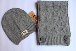 Lenços de malha para mulheres on-line-Hat Designer luxo e Scarf Set meninas das mulheres Trançado de malha Gorros Pompom Gorro com Tag UG Caps Lenços Ternos 2pcs / set