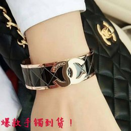 Wholesale Muchachas de alta calidad de lujo Titanio Acero K oro rosa ancho negro carta de amor brazaletes de boda pulseras para hombres mujeres envío gratis