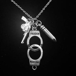 collar de esposas para mujer Rebajas Policía esposas Bullet Gun collar colgante para mujeres hombres Steampunk amante Collares declaración gargantilla joyería regalos regalos