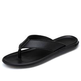 männer weißes echtes leder sandalen Rabatt Männer echte Leder-Pantoffel Designer Flip Flops Sommer Mann Sandelholz-Strand-Schuh-Schwarz-Weiß-Qualitäts-Kuh-Leder-Männer Slides