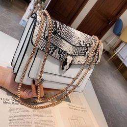 2019 cuero americano directo Marca directa de fábrica bolso de las mujeres cabeza de serpiente bolso de la serpiente de la moda europea y americana de la serpiente de la cadena bolsa de dulce contraste bolso de hombro de cuero cuero americano directo baratos