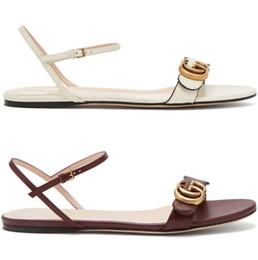 Tobillo de oro online-Mujeres de marca de cuero talón plano sandalia diseñador señora en tonos dorados letra de impresión correa de tobillo de cuero suela de goma sandalia