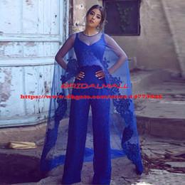 2019 mono de encaje azul real 2019 Royal Blue Lace Jumpsuit Vestidos de baile con envoltura Correa de espagueti Apliques Granos Trajes de pantalón largo Vestidos De Fiesta Vestidos de noche formales mono de encaje azul real baratos