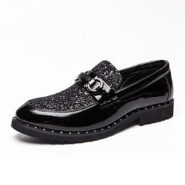 d228782b71 Moda britânica mens vestidos de festa de casamento confortável sapatos de  couro macio escorregar em preguiçoso sapato prego-dedo rebites mocassins  zapatos