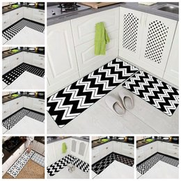 Противоскользящий ковер онлайн-Creative Kitchen Long Carpet Black White Geometric Polyester Rubber Slip-Resistant Front Doormat Corridor Washable Bath Tapetes