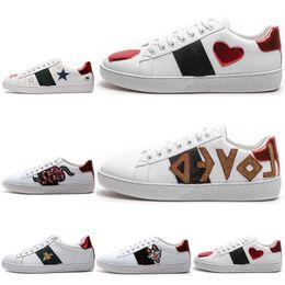 6efdfa00fa124 2019 köderschuhe GUCCI Shoes Clssic Little Bee Männer Frauen Sneaker  Müßiggänger Mode Stickerei Low Cut Weiß