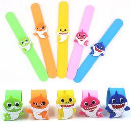 Pulseras para niñas online-Baby Shark Slap Snap Pulsera Pulsera de dibujos animados Kid Boys Girls Party Regalo Beat Circle Toys 5 Estilos RRA1560