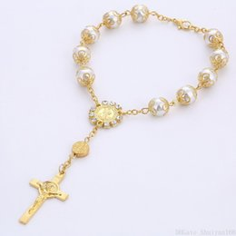 Rosari perla online-Jesus Cross Rosary Bracelet Pearl Charm 10MM Bead Women Men Vintage Glass Pearl Beaded Bangle Jewelry Regalo di Natale di Halloween