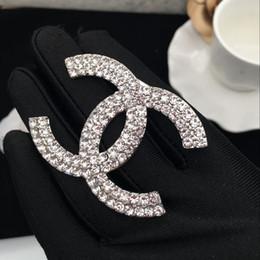 Disfraces de halloween decoraciones online-Famoso broche de letras de cristal de diamantes de imitación de diseñador broche de ramillete de lujo broches mujeres joyería de moda decoración de disfraces Dhgate