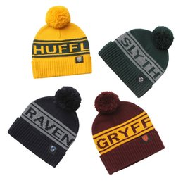 wolle kaninchen pelz hut großhandel Rabatt Harry Potter Pompon Hut Hogwarts Magic School Wort Abzeichen Pom Hut Gryffindor Slytherin Ravenclaw Colorfull Strickmütze HHA374