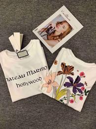 Tee-shirt à logo imprimé Chateau Marmont Hollywood Gothic pour femme, soutenu par une explosion de fleurs d'inspiration vintage ? partir de fabricateur