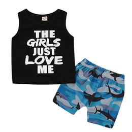 2 ADET Bebek Kız Erkek Giysileri Komik Tops kolsuz Mektup siyah Yelek + Karikatür köpekbalığı baskı şort Yaz Kıyafetler Set 0-3 T nereden