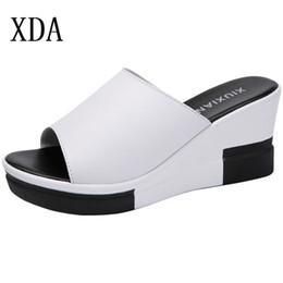 fa29d9f77c353e XDA 2019 Vente Chaude D'été Mode Femmes Chaussures En Cuir Plateforme  Compensées Poisson Bouche Pantoufle Sandales Épaisse Bottom Slipper noir  blanc ...