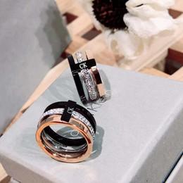 2019 anillo de diamantes de cristal swarovski 18k El último anillo de acero titanium de 2018 C Tricolor KLetter Ring