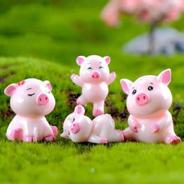 2019 ornamenti di maiale Pink Pig Family Doll Ornamento Pig Anno regalo Cartoon Pendant Miniature Figurine Accessorio Fairy Garden Decoration Moss Micro Landscape ornamenti di maiale economici