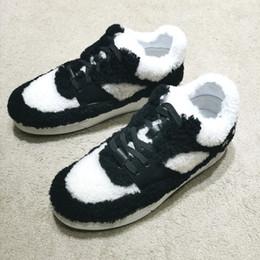 Botas de inverno brancas de pelúcia on-line-Mulheres inverno plataforma Plush panda sports Boot luxo mulher lace-up tênis preto e branco bonito sneakers logotipo de luxo lambswool sapatos casuais