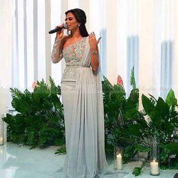 Une robe à manches cape d'épaule en Ligne-Robe de soirée une épaule grise argentée avec cape à manches longues en dentelle et longue robe de bal