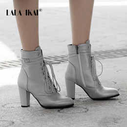 2019 связанная кожа LALA IKAI женщины зимние ботильоны искусственная кожа крест-связали случайные короткие сапоги Женские молнии высокий каблук на шнуровке сексуальная обувь XWC5395-4 скидка связанная кожа