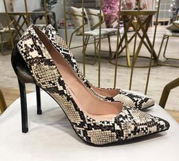 Sapatos de estilete de pele de cobra on-line-Sapatos de casamento salto agulha de pele de cobra web celebridades pontudo nus com bombas de couro rasas trêmulas em tons de sapatos de festa versáteis das mulheres