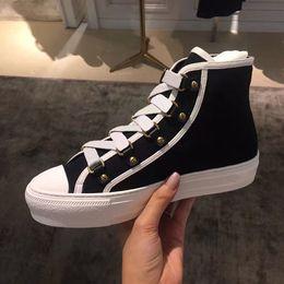 Sneaker da donna in pelle con patchwork a taglio alto all ingrosso Marca di  lusso Kanye West Runner Scarpa casual Scarpe da ginnastica in tela nere  bianche 96639a0196b