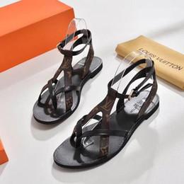 Sandalias lisas online-2020 más reciente marca de lujo de lujo Mujeres Imprimir sandalia de cuero Sorprendente estilo gladiador Diseñadores Suela de cuero plana perfecta Sandalia lisa
