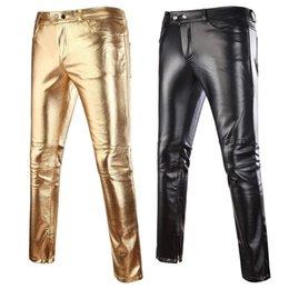 2020 mens calças brilhantes Mens Skinny brilhante Ouro Prata Preto PU Calças da motocicleta Homens Nightclub Stage Calças para Cantores Dançarinos Calças Casual mens calças brilhantes barato