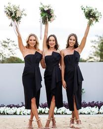 2018 País Vestidos de dama de honor Verano bohemio Satén negro Longitud del té Pliegues sin tirantes pliegues Sash Invitación de boda en la playa Vestidos de dama de honor desde fabricantes