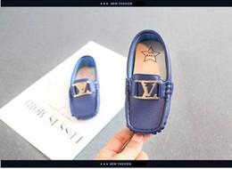 Британская мягкая повседневная обувь онлайн-Рождество 2020 L и V письмо дети горох новый мальчик маленький PU британский ветер кожа ребенка мокасины мягкое дно белый малыш Повседневная обувь 21-30