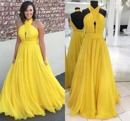 Canada Mousseline De Soie Moderne Jaune Longue Robes De Soirée Halter Plisse Flowy Etage Longueur Longueur Backless Prom Robe Pas Cher Robes de soirée cheap yellow modest evening dress Offre