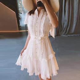 Patchwork della linea d'oro online-2019 Primavera Solid White Ruffles Coulisse Abito elegante Prospettiva Pizzo Patchwork Sexy Vestito donna Oro monopetto Nuovo