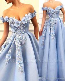 Off ombro frisado vestidos de noite de renda on-line-Azul céu Off The Shoulder Lace A Linha Vestidos de Baile 3D Lace Applique Floral Frisada Sweep Train Formal Partido Vestidos de Noite BC2107