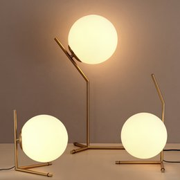 Nordic LED настольная лампа Milk White Glass Ball современная гостиница Прикроватный кабинет украшения офиса настольная лампа от