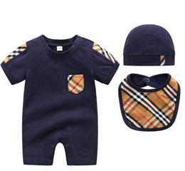 Pantalones cortos para bebé niña online-Recién nacido 3 unids bebé niño niña trajes trajes ocasionales de manga corta para niños pequeños mamelucos + hat + bib pijamas ropa de bebé para niños Jumper