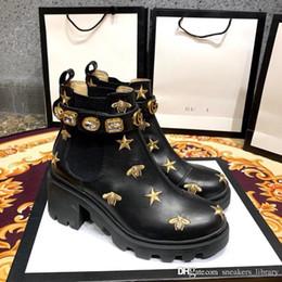 2019 прекрасные зеленые женские туфли Кожаные ботильоны с вышивкой на поясе 557735 AYO10 1000 Роскошные дизайнерские сапоги Пинетки женские Классическая мода Высочайшее качество Оригинал B